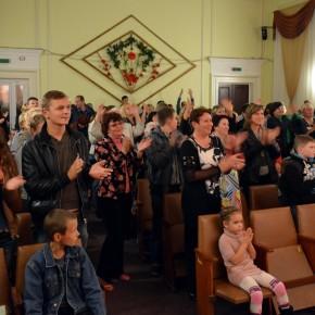 """Неслышащие Чернигова аплодировали стоя- театру мимики и жеста """"Радуга"""""""