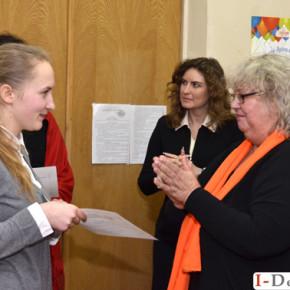 Іспит у групи слухачів школи жестової мови , які навчалися на базі Коледжу легкої промисловості.